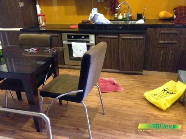 Sàn nhựa vân gỗ được thi công lắp đặt trong phòng bếp