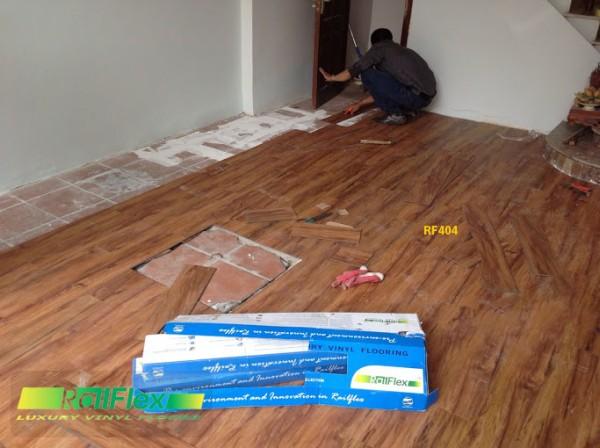 Thi công sàn nhựa vân gỗ có hèm khóa mã RF404
