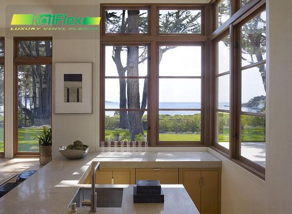 Mở-cửa-nhà-bếp-để-xem-bên-ngoài-với-cửa-sổ-góc